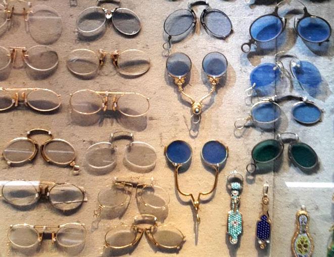 Historische Brillen im Zeiss-Museum